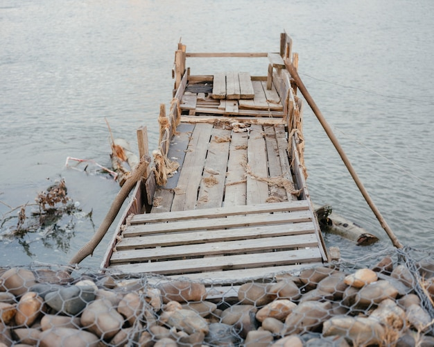 ウッドリバーの自然で作られた桟橋はい風景休憩