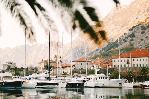 Причал возле старого города котор черногория
