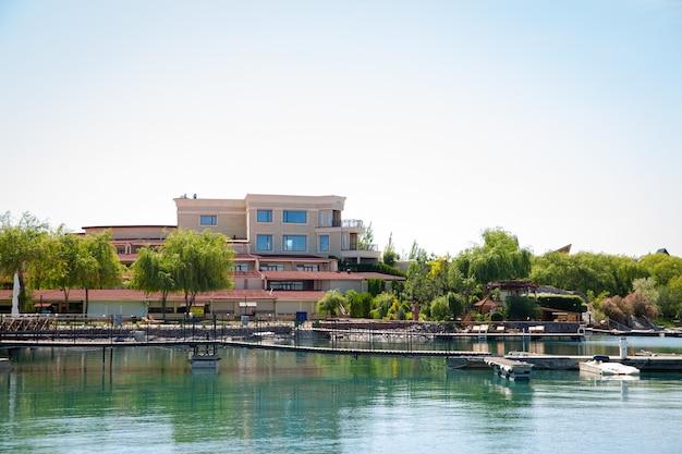 リゾートの青い水とビーチの桟橋。