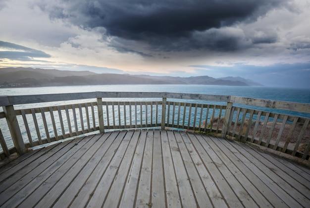 해돋이에 호수에 부두 프리미엄 사진