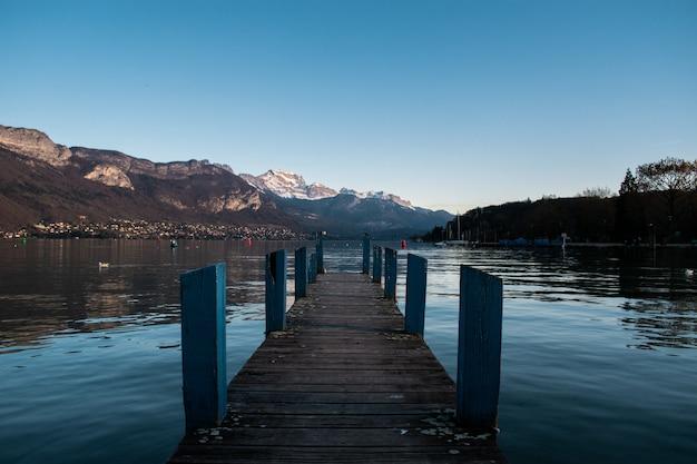 昼間の反射と湖の桟橋