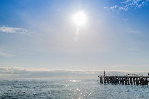 밝은 여름 화창한 날 바다 해안의 부두 프리미엄 사진