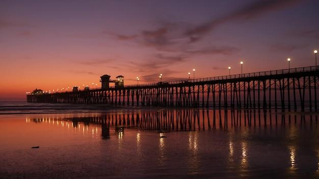 부두 실루엣 oceanside california usa. 바다 조수 열 대 해변입니다. 여름의 빛나는 분위기.