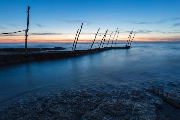 クロアチア、イストリア半島のサヴドリアのアドリア海の美しい夕焼け空の下の桟橋