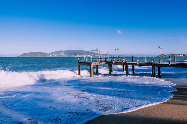 水しぶきの桟橋。島
