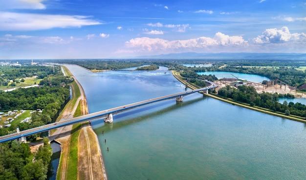 프랑스와 독일을 연결하는 라인강 위의 pierre pflimlin 고속도로 다리