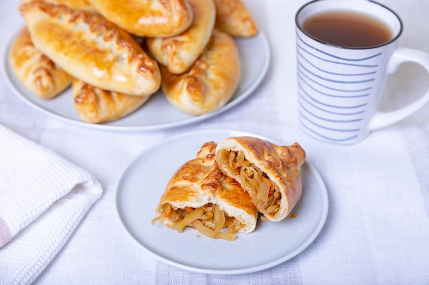 양배추와 파이 pirozhki 수제 베이킹 전통 러시아 및 우크라이나 요리