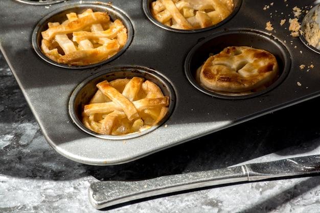Пироги. разнообразные ароматы пирогов в подносе, вкусный десерт.