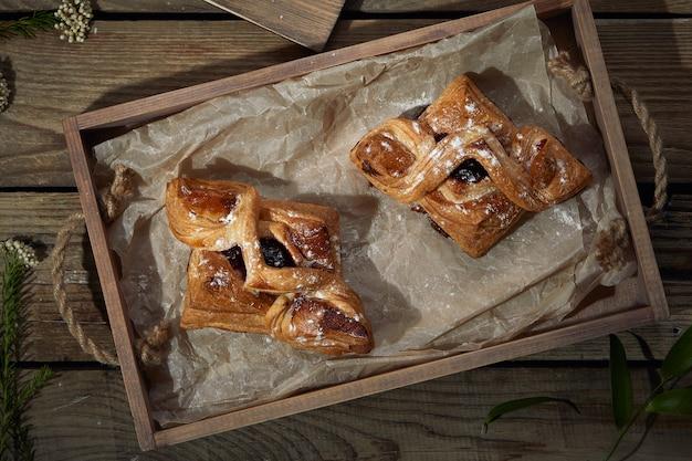 Пироги с вареньем на деревянном столе