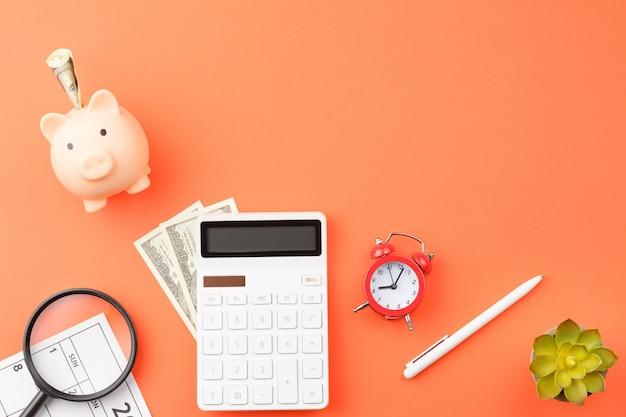 Свинья-копилка с деньгами и калькулятором