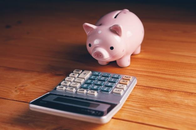 テーブルの上の貯金箱と電卓
