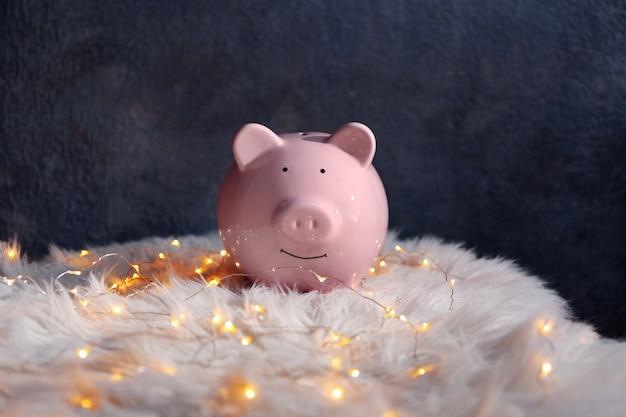 인조 모피에 돼지 저금통과 크리스마스 화환