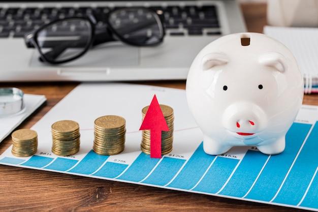 貯金箱とコインとラップトップの成長チャート
