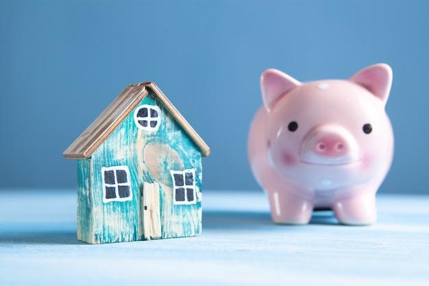 貯金箱とモデルハウスが家のために積み上げられました