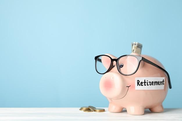 貯金箱と青い表面に対するお金