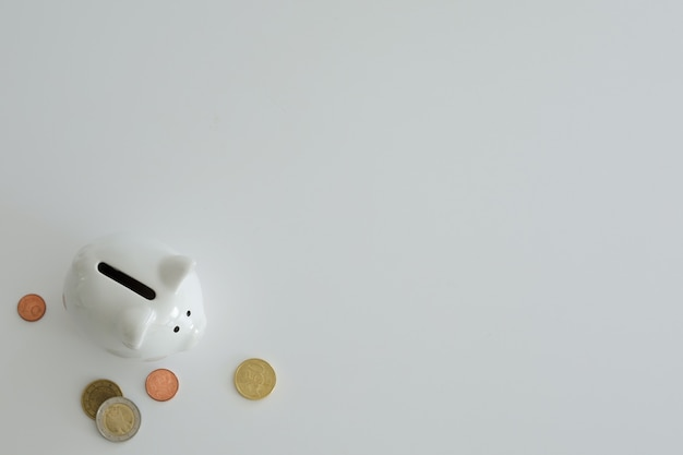 お金を節約するための貯金箱。富、予算、投資、財務の概念。貯金箱、白い背景の貯金箱。テキスト用の空きスペース、コピースペース。