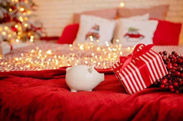 Копилка крупным планом на праздничной рождественской атмосфере