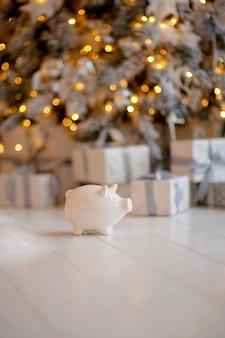 お祝いのクリスマスの雰囲気にクローズアップで貯金箱