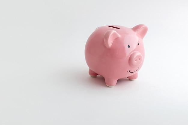 孤立した白い背景の上の豚の形をした貯金箱