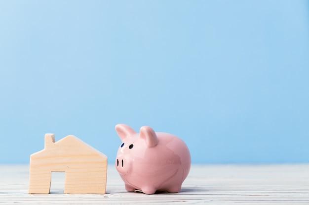 木造住宅モデルと貯金箱の貯金箱をクローズアップ