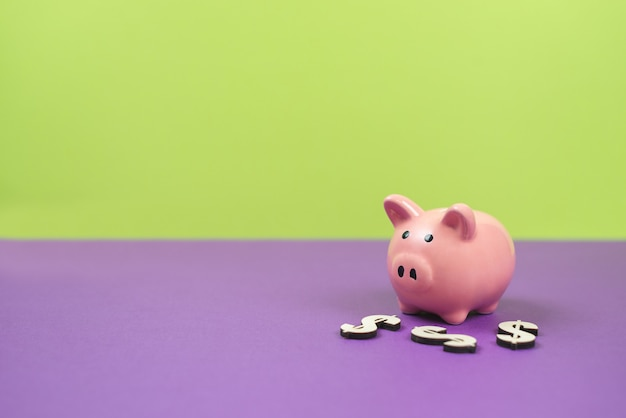 緑と紫の背景に貯金箱