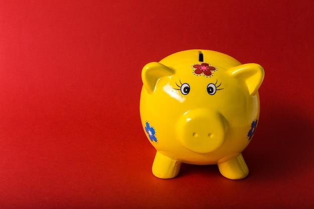 赤の背景に貯金箱