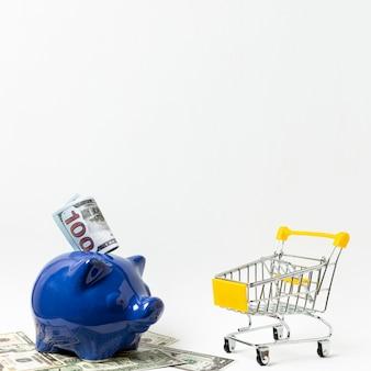 ショッピングの概念のための貯金箱貯金