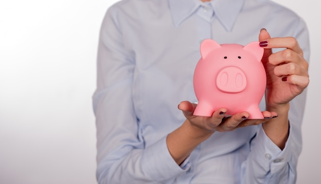 Piggy bank savings donna sorridente felice. femmina, presa, piggy, divieto