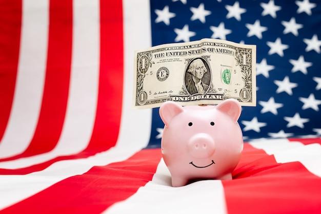 달러와 함께 돼지 저금통의 미국 국기