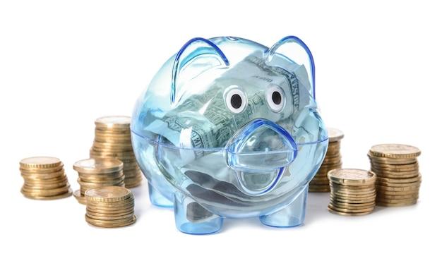 白い表面にコインが入った貯金箱。お金の節約の概念