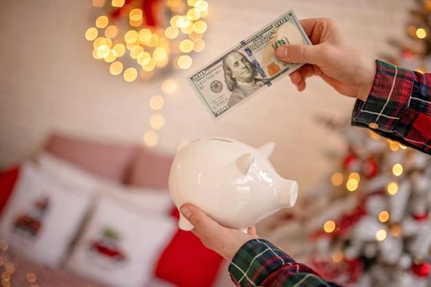 お祝いの新年の雰囲気の中でドル紙幣と貯金箱