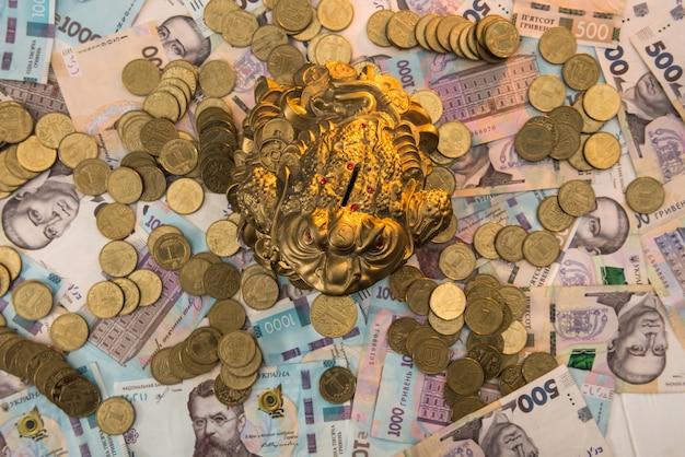 금화와 돼지 저금통 우크라이나 지폐에 거짓말. 500 및 1000 그리브 나. 새로운. uah. 보존의 개념