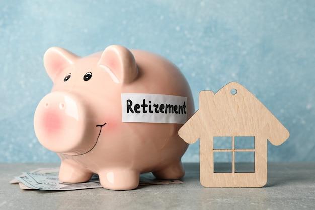 青い表面に対して碑文退職、お金、木の家の貯金箱
