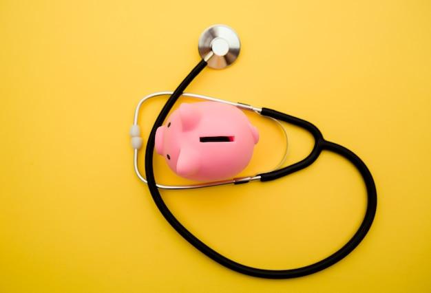 黄色に分離された聴診器で貯金