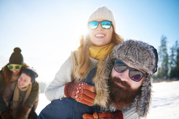 冬の山でピギーバック