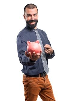 Мужчина держит piggybank