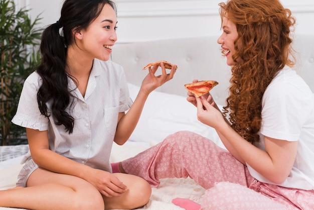 Пижамная вечеринка с пиццей дома