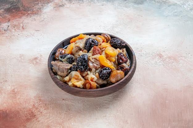 テーブルの上にドライフルーツ栗と食欲をそそるご飯をピラフ