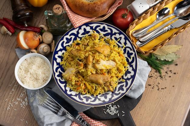 伝統的なウズベキスタンのプレートに鶏肉を添えたピラフ