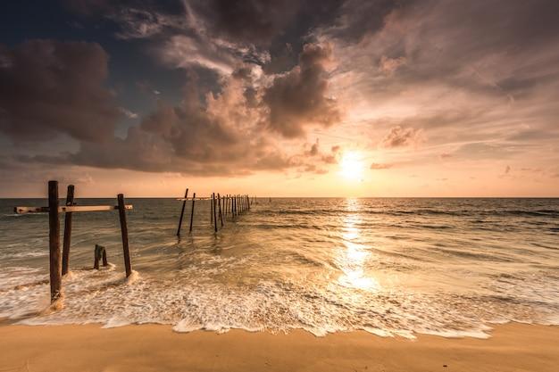 Pilaiビーチ、takua thung地区、パンガー、タイの古い橋。