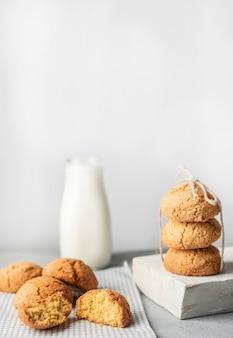 Pila di biscotti e latte