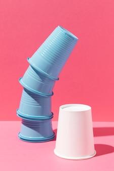 Pila di tazze blu e bicchiere di carta