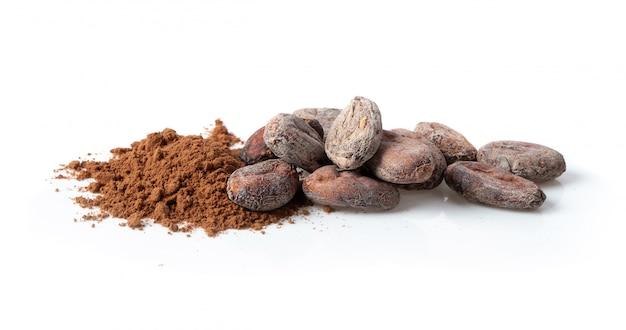 Куча какао-порошок на белом фоне