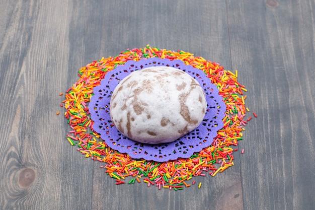 Mucchio di granelli colorati intorno a un biscotto dolce