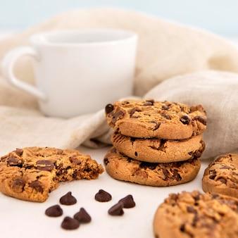 Pila di biscotti e caffè vista frontale