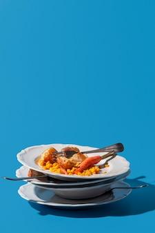 Pila di piatti sporchi e avanzi di spazio copia