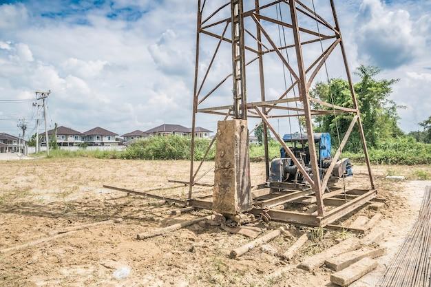 住宅建設現場の杭打ち機