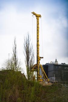 Сваебойная машина на строительной площадке. вертикальный выстрел