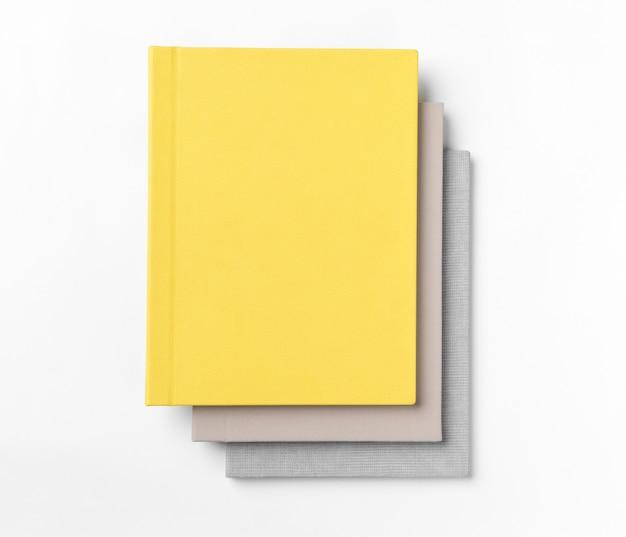 白い背景で隔離のハードカバーの本を積み重ねます。上面図