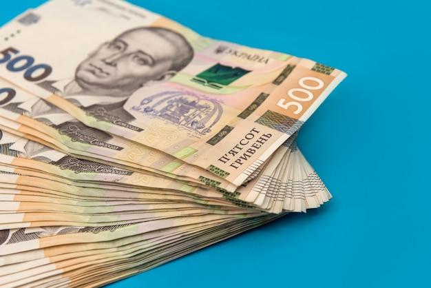 財政的背景として500紙幣のウクライナのお金の山。 uah。お金と節約の概念